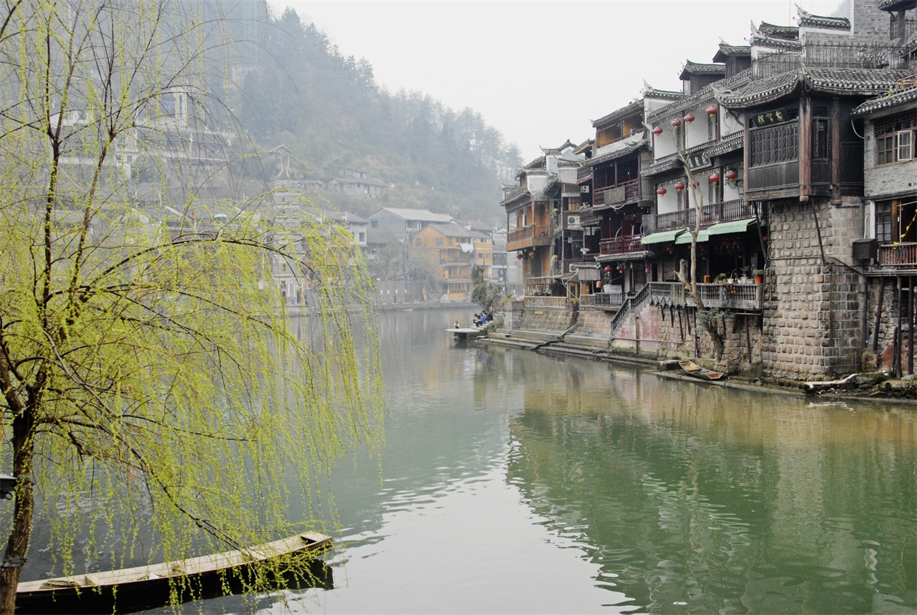 张家界森林公园+天门山森林公园+黄龙洞+芙蓉镇+凤凰古城 6日跟团游