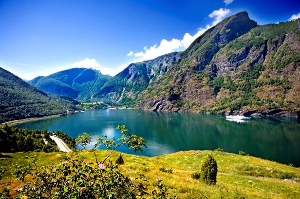 北欧四国+冰岛深度+双峡湾+出海观鲸 +冰河湖两栖船+蓝湖12晚14日(LH/WIFI/岩石教堂)